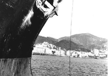 """Fase molto delicata. Il rimorchiatore, tramite il """"sacchetto"""", ha stabilito il contatto con la nave. La manovra è ravvicinata e si svolge in velocità."""