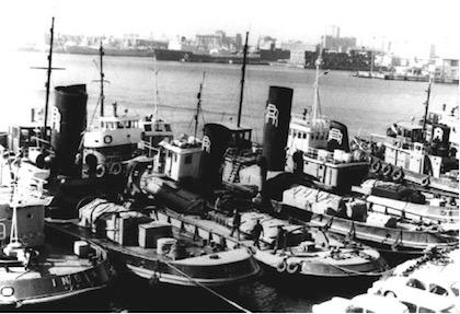 Anni '60. Una decina di rimorchiatori all'ormeggio di Ponte Parodi