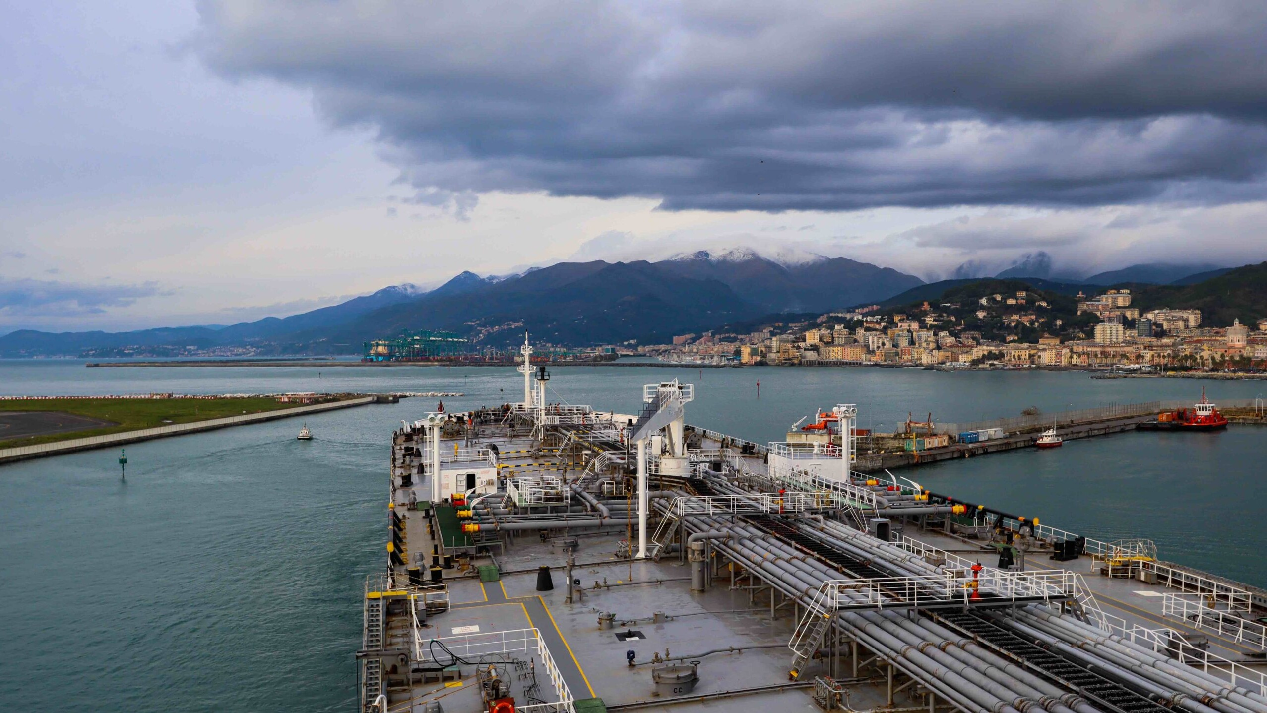 Petroliera in uscita dal terminal petrolifero